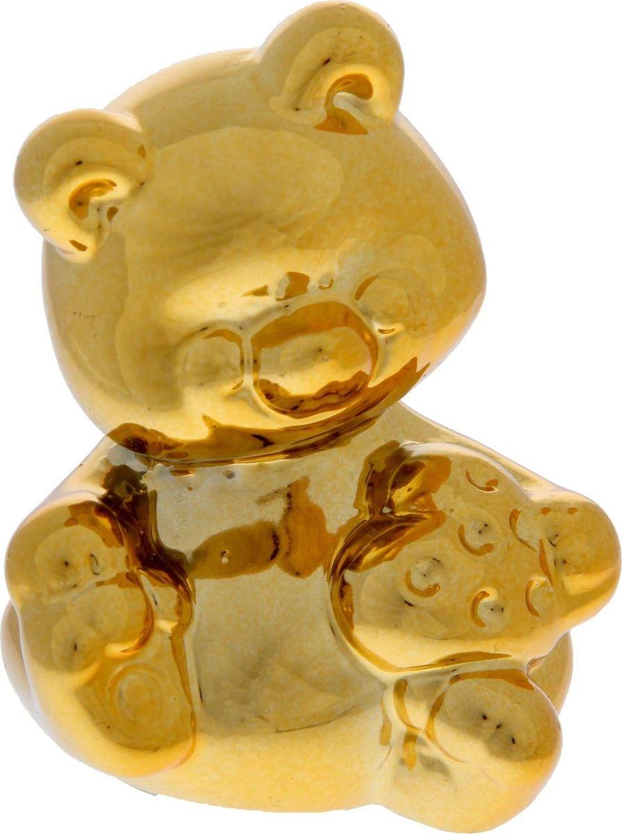 Копилка Золотой мишка, 8,5 х 8,5 х 11 см1053701Копилка — универсальный вариант подарка любому человеку, ведь каждый из нас мечтает о какой-то дорогостоящей вещи и откладывает или собирается откладывать деньги на её приобретение. Вместительная копилка станет прекрасным хранителем сбережений и украшением интерьера. Она выглядит так ярко и эффектно, что проходя мимо, обязательно захочется забросить пару монет.Копилка является многоразовой, что позволит вам воспользоваться накопленными деньгами в любой момент.
