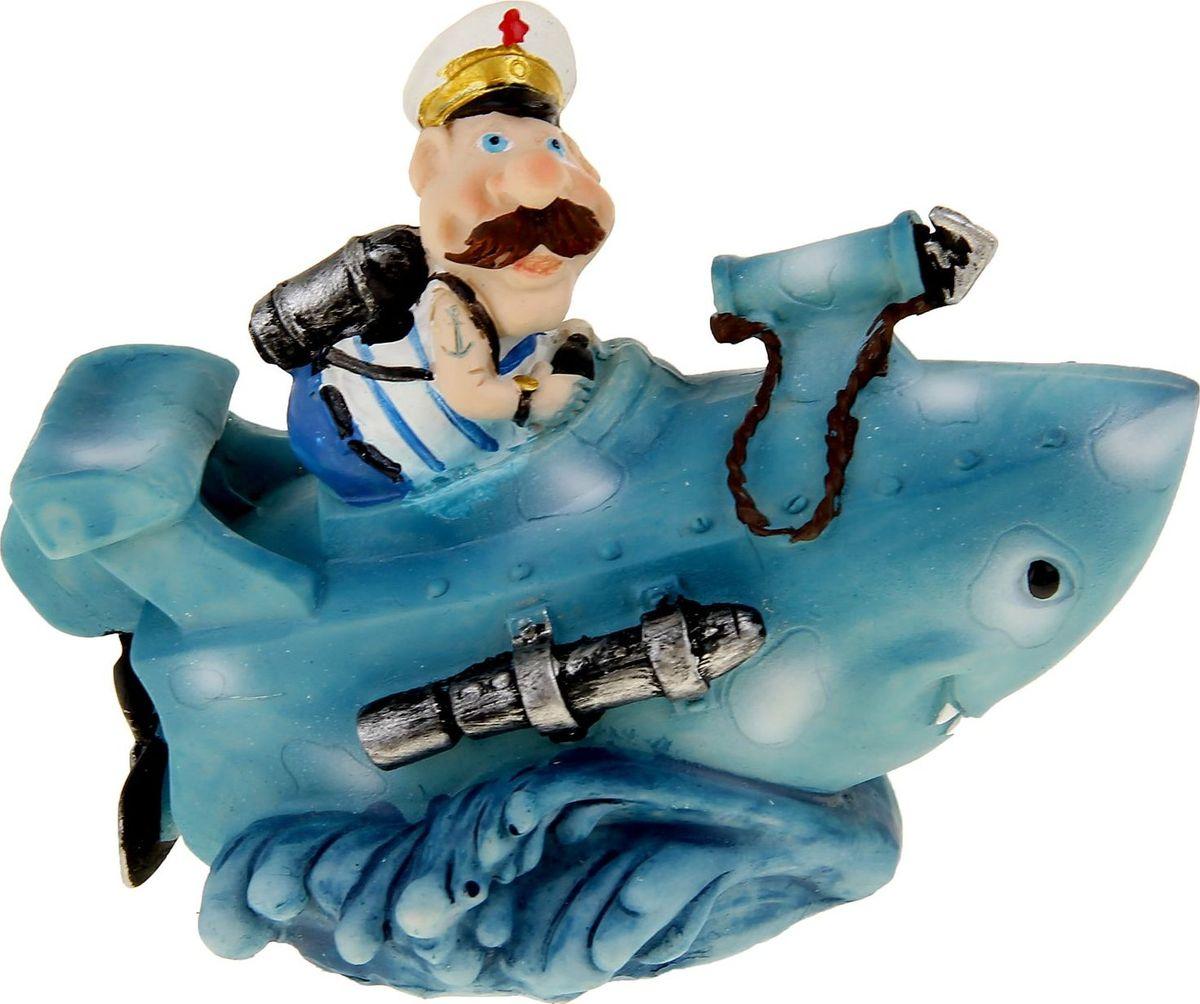 Копилка Моряк в подводной лодке, 12,7 х 8,2 х 12,2 см1057353Копилка — универсальный вариант подарка любому человеку, ведь каждый из нас мечтает о какой-то дорогостоящей вещи и откладывает или собирается откладывать деньги на её приобретение. Вместительная копилка станет прекрасным хранителем сбережений и украшением интерьера. Она выглядит так ярко и эффектно, что проходя мимо, обязательно захочется забросить пару монет.Копилка является многоразовой, что позволит вам воспользоваться накопленными деньгами в любой момент.