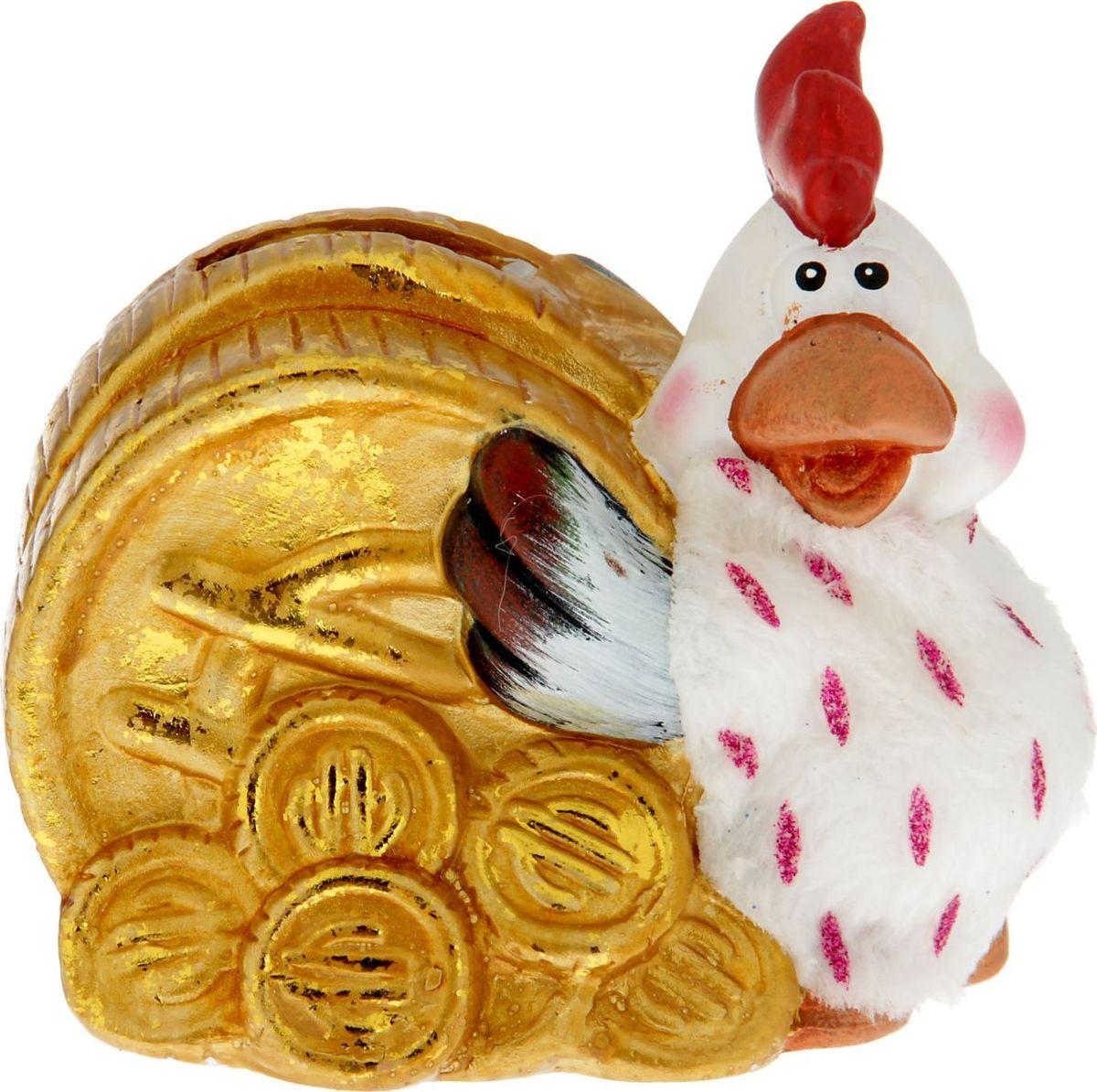 Копилка Петушок с монетой, 6,2 х 12 х 11,3 см1350872В этой копилке деньги будут появляться быстрее, чем в обычной, ведь это пернатое семейство отличается запасливостью. Не верите? А вы загляните в их уютное гнёздышко! Разве можно пройти мимо этого яркого аксессуара и не подкинуть туда несколько залежавшихся в кармане монет или купюр?Пусть в наступающем году ваша семья не нуждается в средствах, а кошелёк становится больше и шире.Копилка является многоразовой, что позволит вам воспользоваться накопленными деньгами в любой момент.