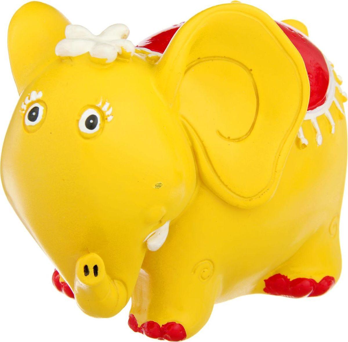 Копилка Желтый слон с цветком и в красной попоне, 9 х 13 х 10 см1935723Вряд ли найдётся человек, который ни разу в жизни не складывал монетки в стоящую на полочке копилку и не радовался тому, что она становится всё более тяжелой и увесистой. Яркая и оригинальная, копилка не только является удобным и надёжным вместилищем для монет, но и украшает собой интерьер, становясь его заметной деталью. Она будет замечательным вариантом подарка близкому человеку, подразумевающим пожелания процветания и финансового благополучия.Копилка является многоразовой, что позволит вам воспользоваться накопленными деньгами в любой момент.