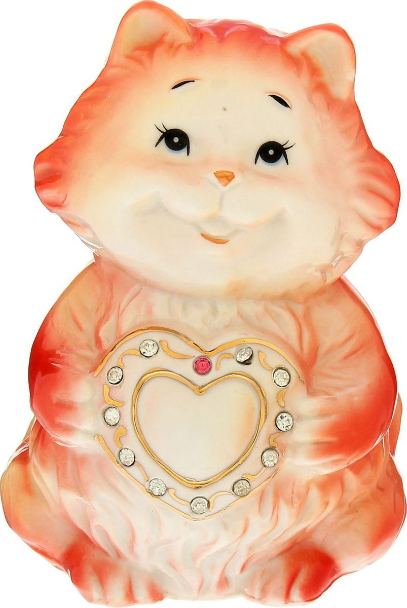 """Миленькая Копилка """"Котишка с сердцем"""" со стразами станет не только функциональным аксессуаром, но и хорошеньким сувениром, который будет актуальным подарком на 14 февраля. Поместите туда несколько монеток – на счастье, пусть она приносит радость и удачу вам и вашей второй половинке.Копилка является многоразовой, что позволит вам воспользоваться накопленными деньгами в любой момент."""