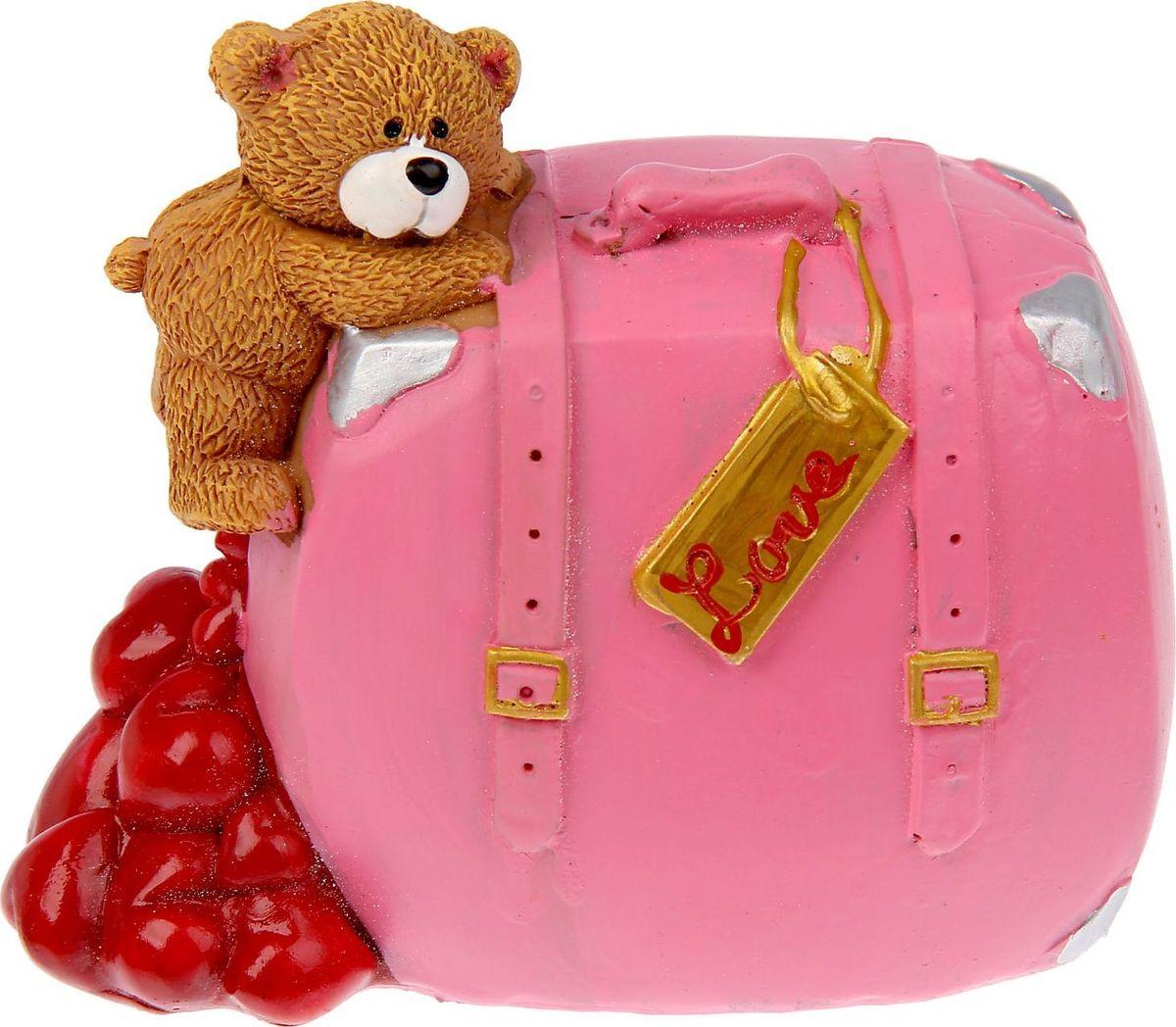 Копилка Мишутка у чемодана, 5,5 х 10,2 х 8 см865492Думая, как порадовать любимого человека в День Святого Валентина, вы можете выбрать не просто милый сувенир, но подарок, в котором будут гармонично сочетаться красота и функциональность. Очаровательная Копилка Мишутка у чемодана станет приятным сюрпризом, который не только оживит стол или полку, но и станет удобным местом для хранения монет, которые порой так оттягивают кошелек или карман. Подарить радость просто!Копилка является многоразовой, что позволит вам воспользоваться накопленными деньгами в любой момент.