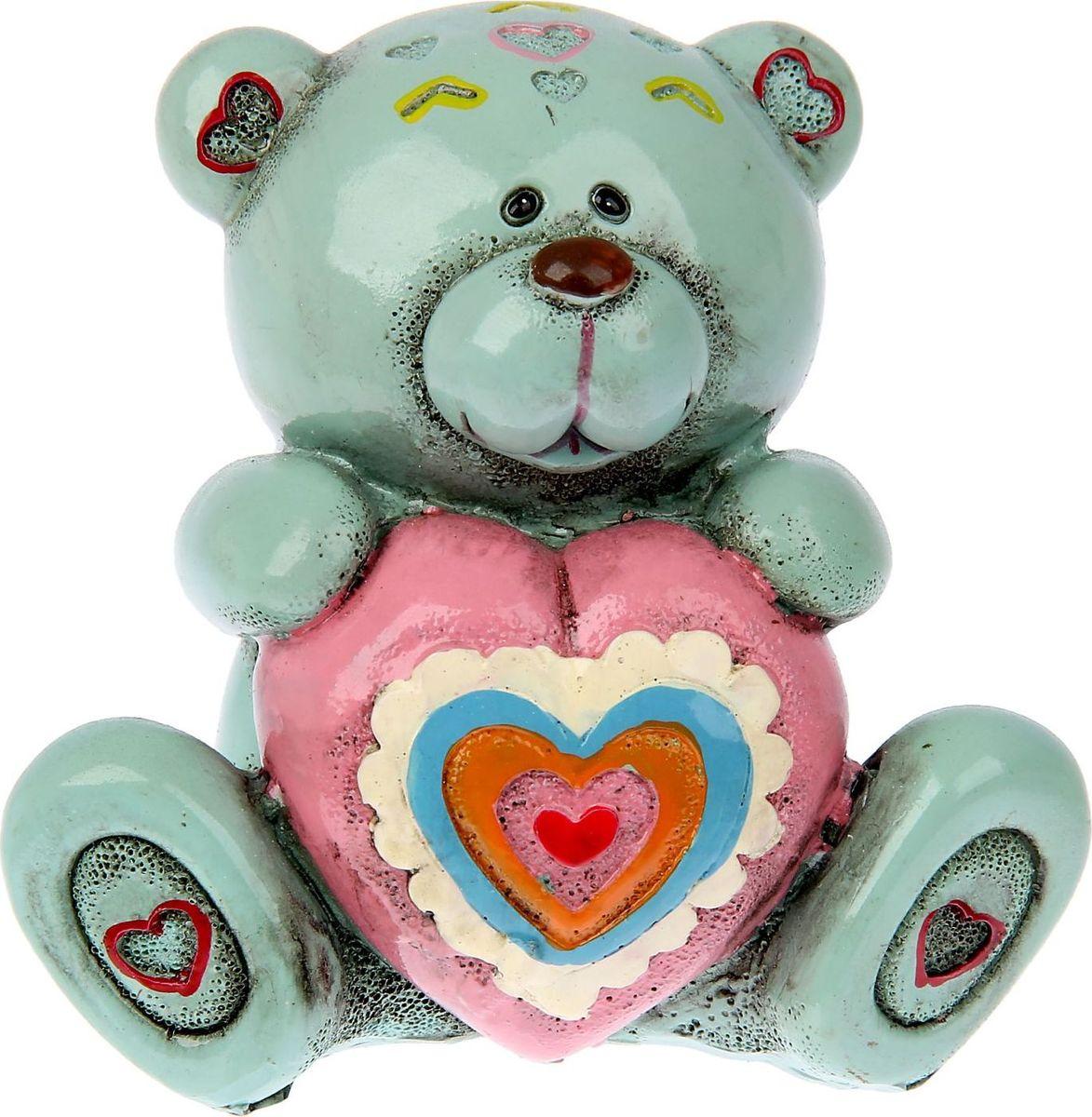 Копилка Мишка с розовым сердцем, 8 х 9,8 х 9 см865505Посмотрите на этого миленького медвежонка, это не просто сувенир – это копилка. Она станет подходящим подарком на 14 февраля, годовщину или значимую для вас дату. Копилка Мишка с розовым сердцем будет бережно хранить каждую монетку, которая попадет в ее хранилище.Копилка является многоразовой, что позволит вам воспользоваться накопленными деньгами в любой момент.