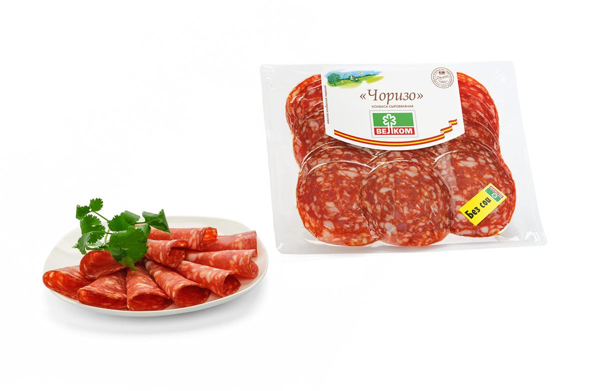 Велком Чоризо колбаса сыровяленая, 300 г71129Чоризо изготавливается из отборного фарша свинины и говядины с пикантным вкусом паприки и мускатного ореха. Колбаса «Чоризо» считается национальной закуской в Испании и Португалии. «Чоризо» добавляют в похлебки и рагу, жарят с овощами. Для барбекю «Чоризо» режут кусочками или зажаривают целиком. Можно использовать для приготовления тапас (закусок) и обычных бутербродов (choripanes).