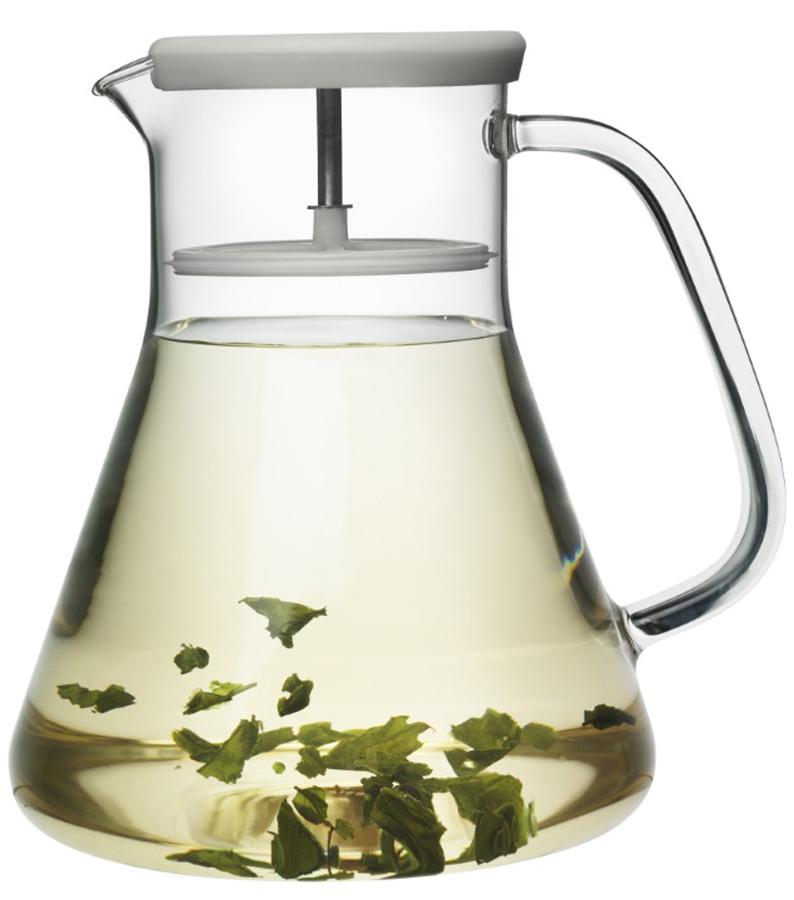 Чайник заварочный QDO Dancing Leaf, цвет: серый567365Универсальный стеклянный кувшин с встроенным фильтром. Идеален для подачи холодных лимонадов, ягодных морсов, чая и других подобных напитков. Благодаря фильтру кусочки льда, фруктов, ягод, мяты и чайных листьев не попадут в чашку. Кроме того, кувшин изготовлен из термоустойчивого боросиликатного стекла, что позволяет заваривать чай прямо внутри него. Просто поместите в кувшин нужное количество чая, залейте горячей водой и дайте настояться. Фильтр соединен с силиконовой крышкой и легко вынимается при необходимости. Объем кувшина - 1,2 л. Можно мыть в посудомоечной машине.