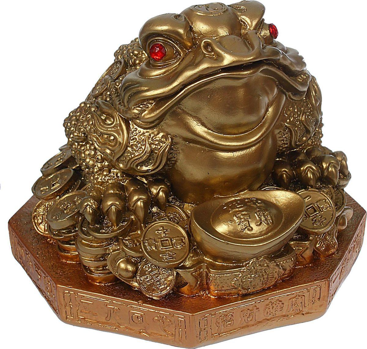 Копилка Premium Gips Денежная жаба, 26 х 26 х 25 см1368175Хотите накопить на свою заветную мечту? С помощью данного изделия вы сможете сделать это без удара по бюджету! Трёхлапая жаба с монеткой во рту является очень сильным денежным талисманом, который приносит богатство, финансовую удачу и процветание. Иногда это животное используют как символ долголетия, потому что некоторые их виды живут до 40 лет. Согласно фэн-шуй копилки с деньгами целесообразно хранить в западной или северо-западной частях помещения. Обращаем ваше внимание, что копилка является одноразовой.
