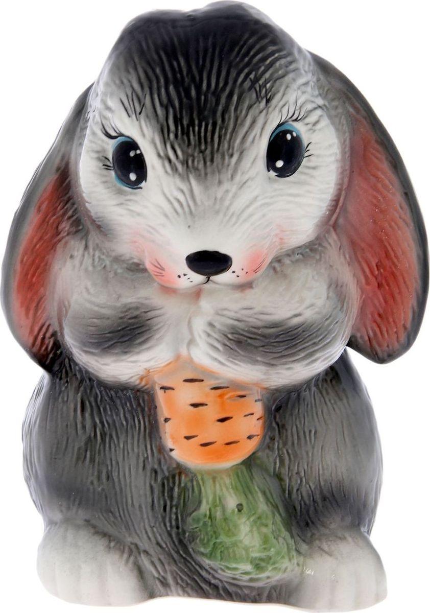 Копилка Керамика ручной работы Кролик с морковкой, 18 х 14 х 23 см2293970Копилка — универсальный вариант подарка любому человеку, ведь каждый из нас мечтает о какой-то дорогостоящей вещи и откладывает или собирается откладывать деньги на её приобретение. Вместительная копилка станет прекрасным хранителем сбережений и украшением интерьера. Она выглядит так ярко и эффектно, что проходя мимо, обязательно захочется забросить пару монет. Обращаем ваше внимание, что копилка является одноразовой.