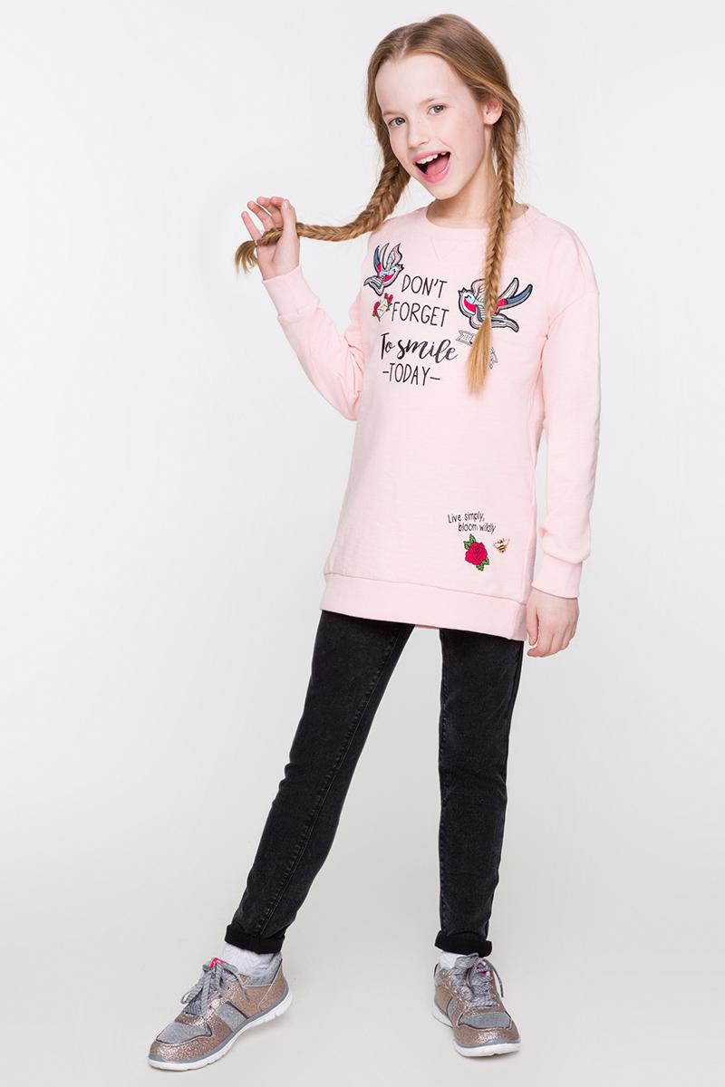 Свитшот для девочки Acoola Won, цвет: светло-розовый. 20210100121. Размер 14020210100121/20220100106Удлиненный свитшот от Acoola выполнен из трикотажа, декорирован контрастным принтом и нашивками спереди. Модель свободного силуэта с круглым вырезом горловины, заниженной линией плеча, эластичными манжетами и поясом.