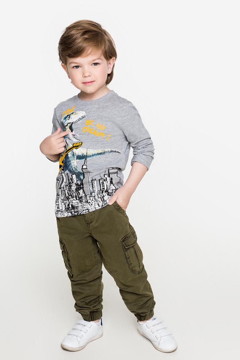 Футболка с длинным рукавом для мальчика Acoola Singer, цвет: серый. 20120100089. Размер 10420120100089Трикотажная футболка с длинным рукавом от Acoola декорирована ярким принтом и вышивкой спереди. Модель классического кроя с круглым вырезом горловины.