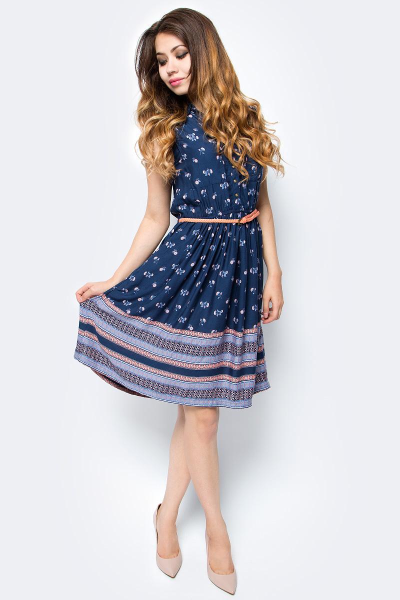 Платье Sela, цвет: темно-синий. Dsl-317/1156-7213. Размер (42)Dsl-317/1156-7213Стильное женское платье без рукавов Sela выполнено из легкого струящегося материала и оформлено контрастным принтом. Модель приталенного кроя с юбкой-солнцем и отложным воротничком застегивается спереди на пуговицы и дополнена двумя накладными карманами. Линию талии подчеркивает входящий в комплект узкий плетеный ремешок из искусственной кожи.Мягкая ткань на основе вискозы комфортна и приятна на ощупь. Платье средней длины подойдет для офиса, прогулок и дружеских встреч и станет отличным дополнением гардероба в летний период.