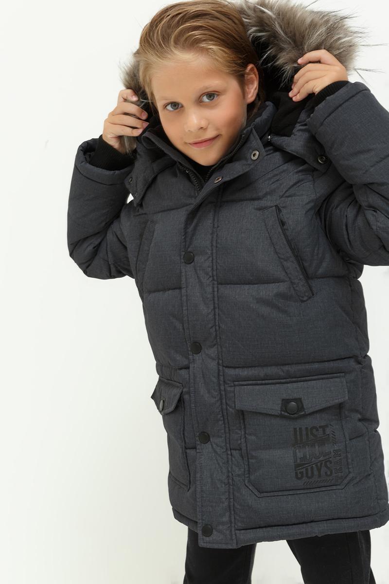Куртка для мальчика Acoola Armando, цвет: темно-серый. 20110130111. Размер 15220110130111Куртка от Acoola на флисовой подкладке с утеплителем из искусственного пуха декорирована отделкой из искусственной кожи, одной прорезиненной нашивкой на рукаве и небольшим контрастным принтом на кармане. Модель с воротником-стойкой, отстегивающимся капюшоном со съемной оторочкой из искусственного меха, нагрудными карманами и двумя карманами с клапанами на кнопках, трикотажными манжетами, застежкой-молнией и планкой на кнопках.