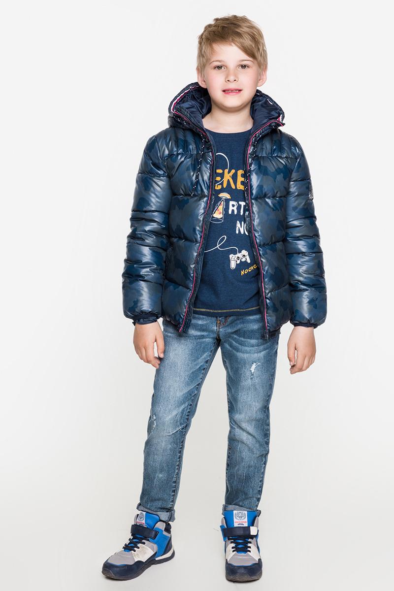 Куртка для мальчика Acoola Benito, цвет: темно-синий. 20120130093. Размер 11620110130107/20120130093Стеганая дутая куртка от Acoola на искусственном пуху выполнена из принтованной ткани понжи с контрастной отделкой на капюшоне и вдоль планки. Куртка декорирована кулиской на капюшоне и небольшим контрастным принтом на рукаве. Модель с воротником-стойкой, прорезными карманами по бокам, застежкой-молнией с защитой подбородка и резинкой по низу изделия.