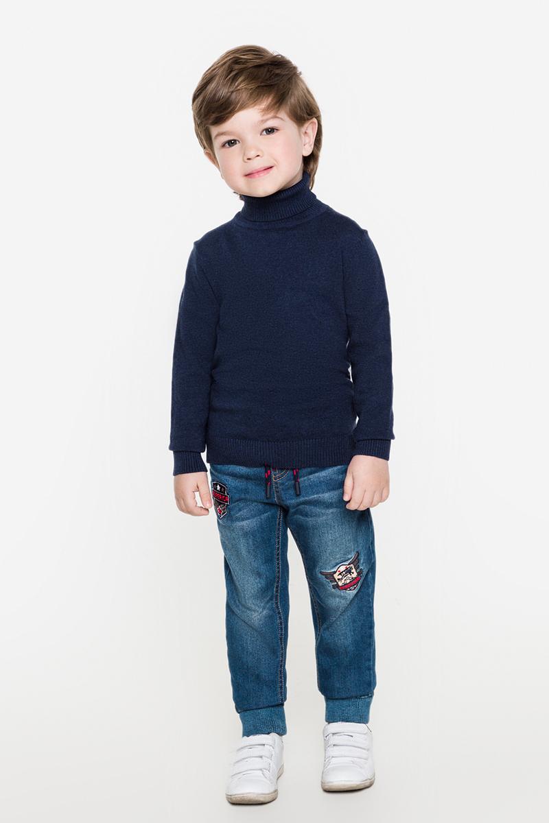 Свитер для мальчика Acoola Kalin, цвет: темно-синий. 20120320021. Размер 12220120320021Базовый свитер от Acoola выполнен из мягкого вязаного трикотажа, декорирован заплаткой на локтях. Модель с воротником-гольф, резинкой на манжетах и по низу изделия.