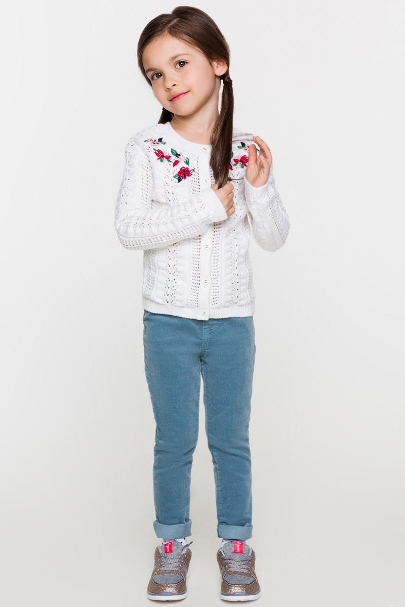 Брюки для девочки Acoola Reya, цвет: сине-бирюзовый. 20220160120. Размер 12220220160120Брюки от Acoola узкого кроя выполнены из вельвета яркой расцветки. Модель с талией на резинке, ложными боковыми карманами и гульфиком и задними накладными карманами.