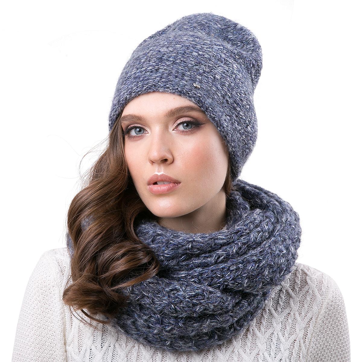Шапка женская Dispacci, цвет: синий. 21204IR. Размер 56/5821204IRСтильная женская шапка-колпак Dispacci, изготовлена из пряжи с высоким содержанием мохера и шерсти исключительно мягкая, комфортная и теплая. Трехцветное мулине и двухцветная люрексовая нить, делает эту модель наиболее эффектной и не забываемой. Практичная форма шапки делает ее очень комфортной, а маленькая аккуратная металлическая пластина с названием бренда подчеркивает ее оригинальность.