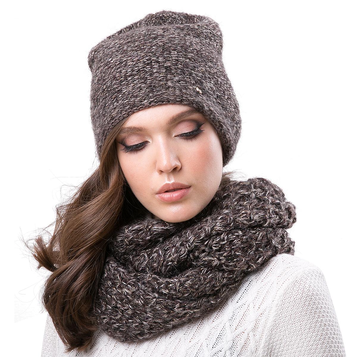 Шапка женская Dispacci, цвет: темно-бежевый. 21204IR. Размер 56/5821204IRСтильная женская шапка-колпак Dispacci, изготовлена из пряжи с высоким содержанием мохера и шерсти исключительно мягкая, комфортная и теплая. Трехцветное мулине и двухцветная люрексовая нить, делает эту модель наиболее эффектной и не забываемой. Практичная форма шапки делает ее очень комфортной, а маленькая аккуратная металлическая пластина с названием бренда подчеркивает ее оригинальность.