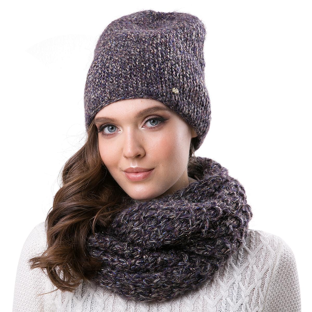 Шапка женская Dispacci, цвет: темно-синий. 21201IR. Размер 56/5821201IRСтильная женская шапка Dispacci, изготовленная из пряжи с высоким содержанием мохера и шерсти исключительно мягкая, комфортная и теплая. Трехцветное мулине и двухцветная люрексовая нить, делает эту модель наиболее эффектной и не забываемой. Практичная форма шапки делает ее очень комфортной, а маленькая аккуратная металлическая пластина с названием бренда подчеркивает ее оригинальность.