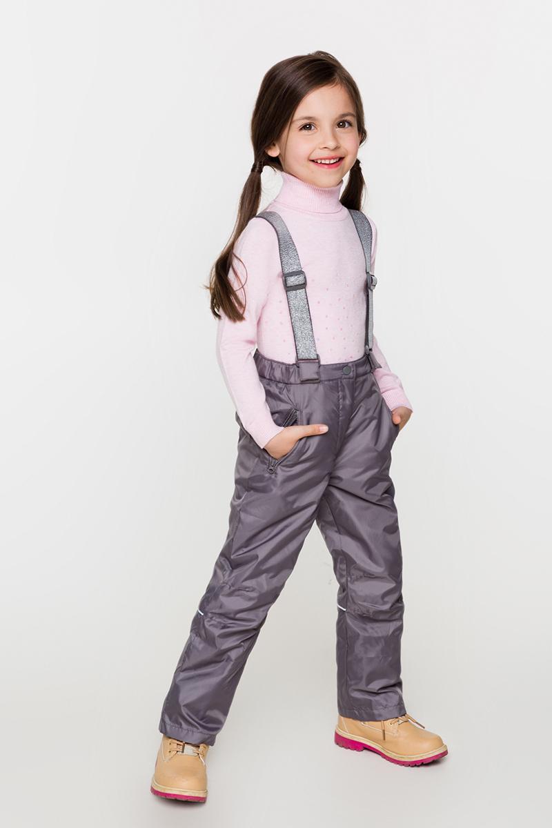 Брюки утепленные для девочки Acoola Tres, цвет: серый. 20220160122. Размер 12220220160122Теплые брюки от Acoola на флисовой подкладке, со съемными регулируемыми лямками, декорированными люрексом. Модель с эластичной резинкой на талии, застежкой на молнию и кнопку, прорезными карманами на молнии, внутренней резинкой по низу штанин и светоотражателями сзади.