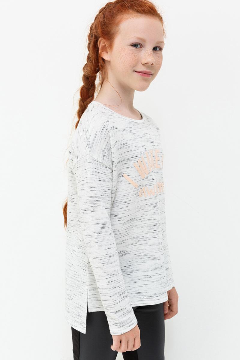 Джемпер для девочки Acoola Dior, цвет: светло-серый. 20210100134. Размер 13420210100134Джемпер от Acoola свободного силуэта из меланжевого трикотажа, декорированный контрастной надписью с блестками на груди. Модель с круглым вырезом горловины, заниженной линией плеча, длинными рукавами, короткими разрезами по бокам и слегка удлиненной спинкой.