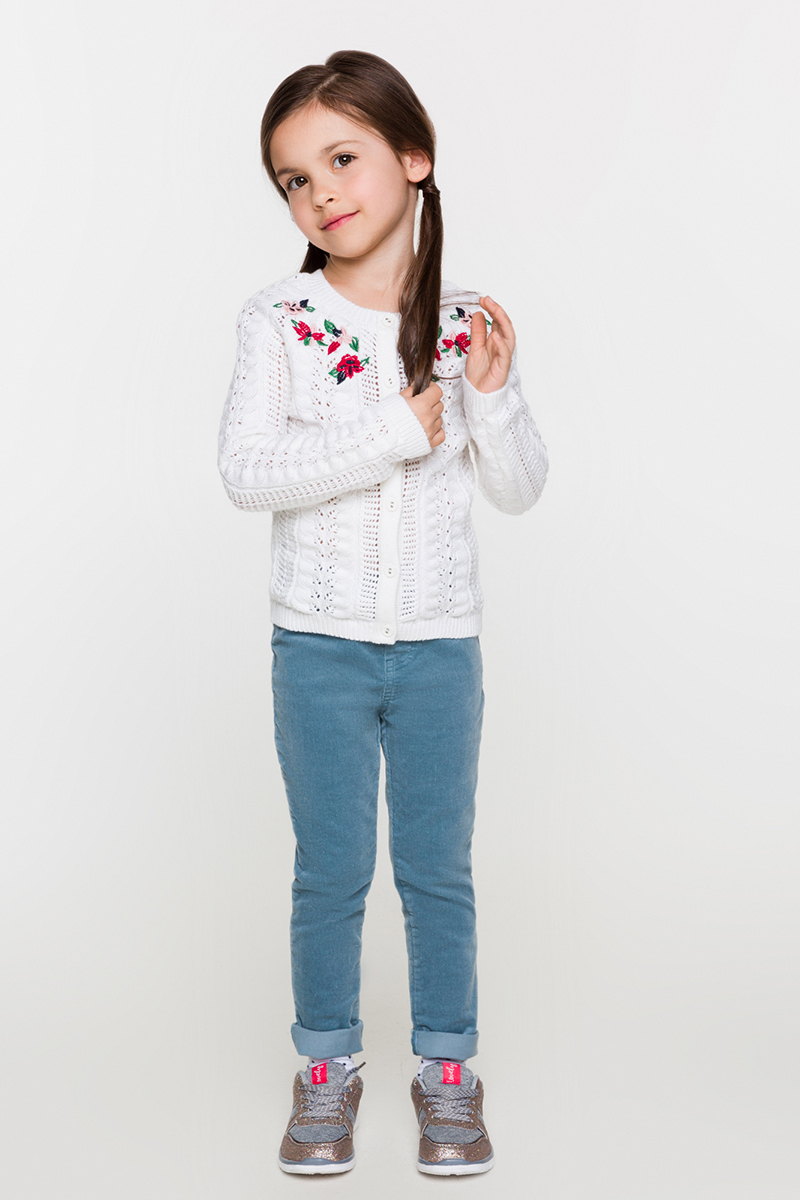 Кардиган для девочки Acoola Luton, цвет: белый. 20220130104. Размер 12220220130104Кардиган от Acoola комбинированной вязки из мягкой пряжи с добавлением шерсти декорирован яркой вышивкой у горловины. Модель с круглым вырезом, длинными рукавами-реглан, застежкой на пуговицы, эластичными манжетами и поясом.