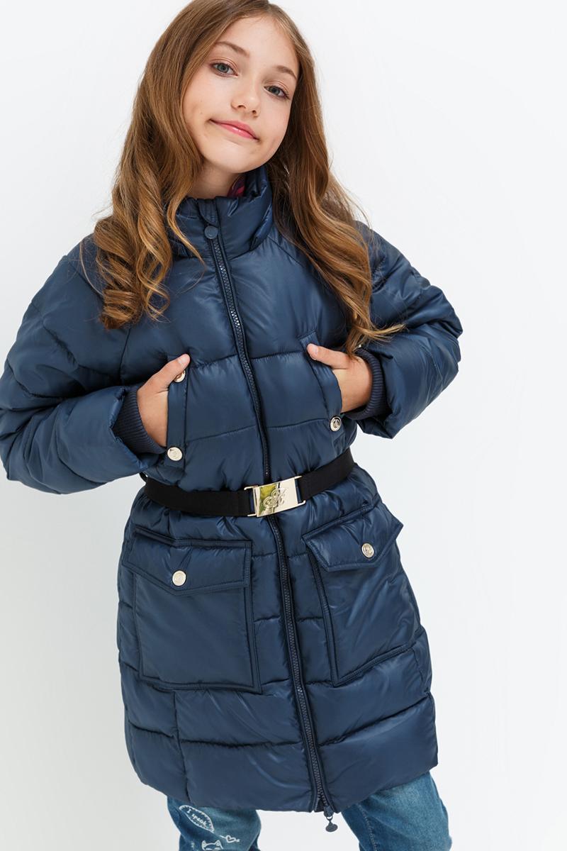Пальто для девочки Acoola Norma2, цвет: темно-синий. 20210610022. Размер 13420210610022Стеганое пальто от Acoola с утеплителем из искусственного пуха, флисовой подкладкой, рукавами-реглан и эластичным поясом на талии. Модель без капюшона, с воротником-стойкой, нагрудными прорезными карманами на кнопках и двумя накладными карманами с клапанами, внутренними трикотажными манжетами и застежкой-молнией с защитой подбородка.