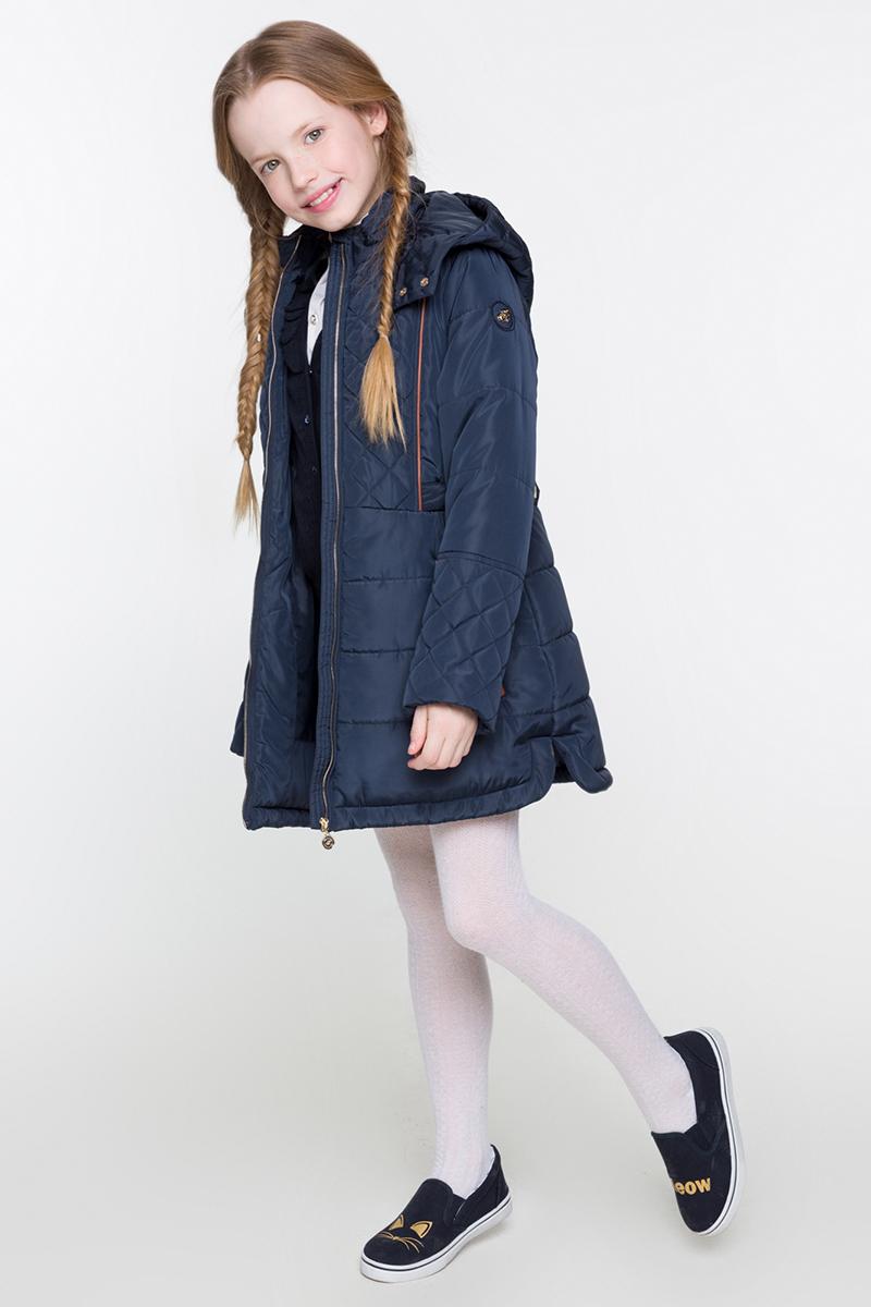 Пальто для девочки Acoola Swiss, цвет: темно-синий. 20210610019. Размер 13420210610019Стеганое пальто от Acoola на синтепоне, с воротником-стойкой и отстегивающимся капюшоном, декорированное контрастной отделкой из искусственной кожи и небольшой нашивкой на рукаве. Модель с потайной кулиской на талии, застежкой на молнию с защитой подбородка, хлястиками для регулировки объема на талии и прорезными карманами на молнии по бокам.