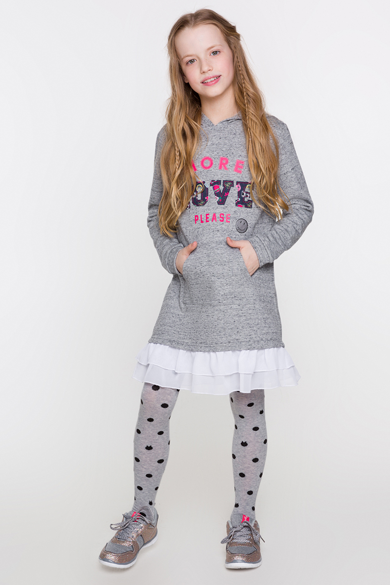 Платье для девочки Acoola Drachma, цвет: серый. 20210200174. Размер 13420210200174/20220200188Платье от Acoola в спортивном стиле выполнено из мягкого трикотажа, декорировано яркими надписями и нашивками спереди и оборками из шифона снизу. Модель с капюшоном, длинными рукавами с эластичными манжетами и одним накладным карманом-кенгуру.