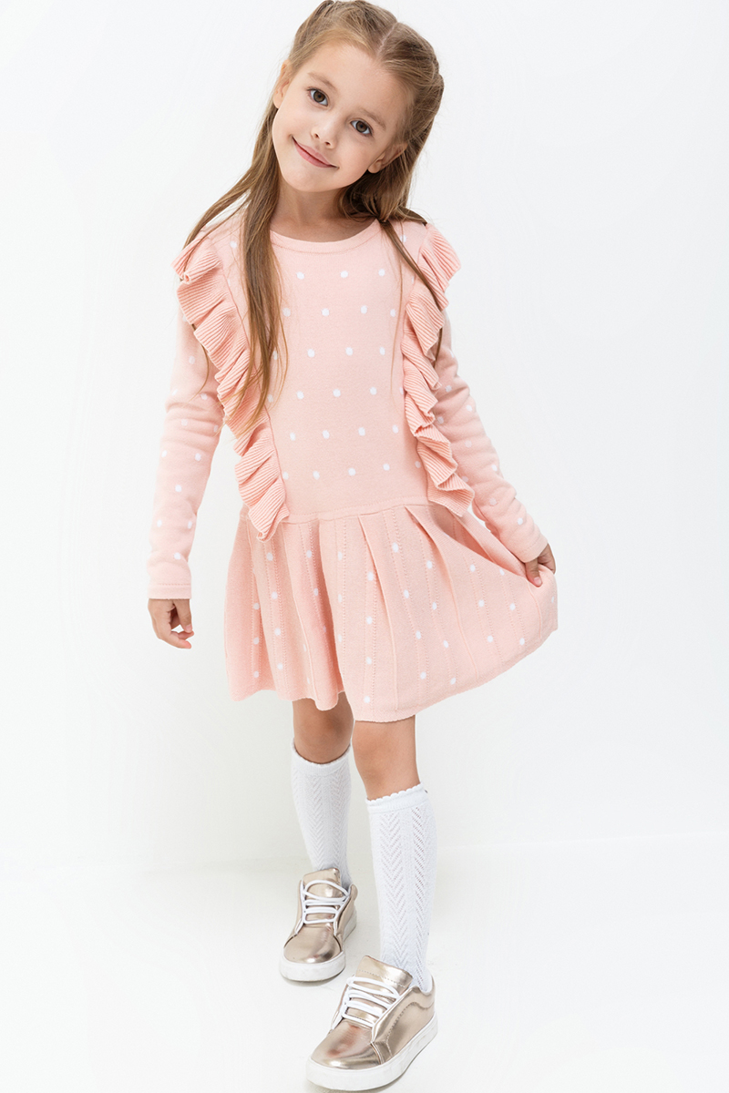 Платье для девочки Acoola Holmes, цвет: светло-розовый. 20220200197. Размер 12820220200197Яркое платье от Acoola выполнено из вязаного трикотажа в контрастный горошек, декорировано оборками спереди. Модель свободного силуэта с юбкой в складку, круглым вырезом горловины и длинными рукавами.