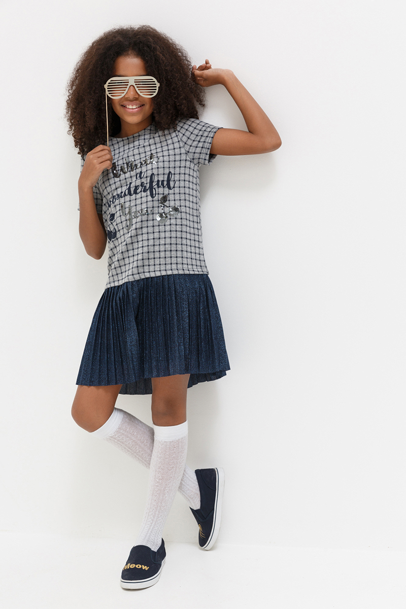 Платье для девочки Acoola Tsiana, цвет: темно-синий. 20210200171. Размер 15220210200171Платье от Acoola выполнено из плотного эластичного трикотажа в клетку, декорировано контрастным принтом с вышивкой из пайеток и блестящей плиссированной юбкой на подкладке. Модель свободного силуэта с круглым вырезом горловины, короткими рукавами, заниженной линией талии и застежкой на одну пуговицу на спинке.