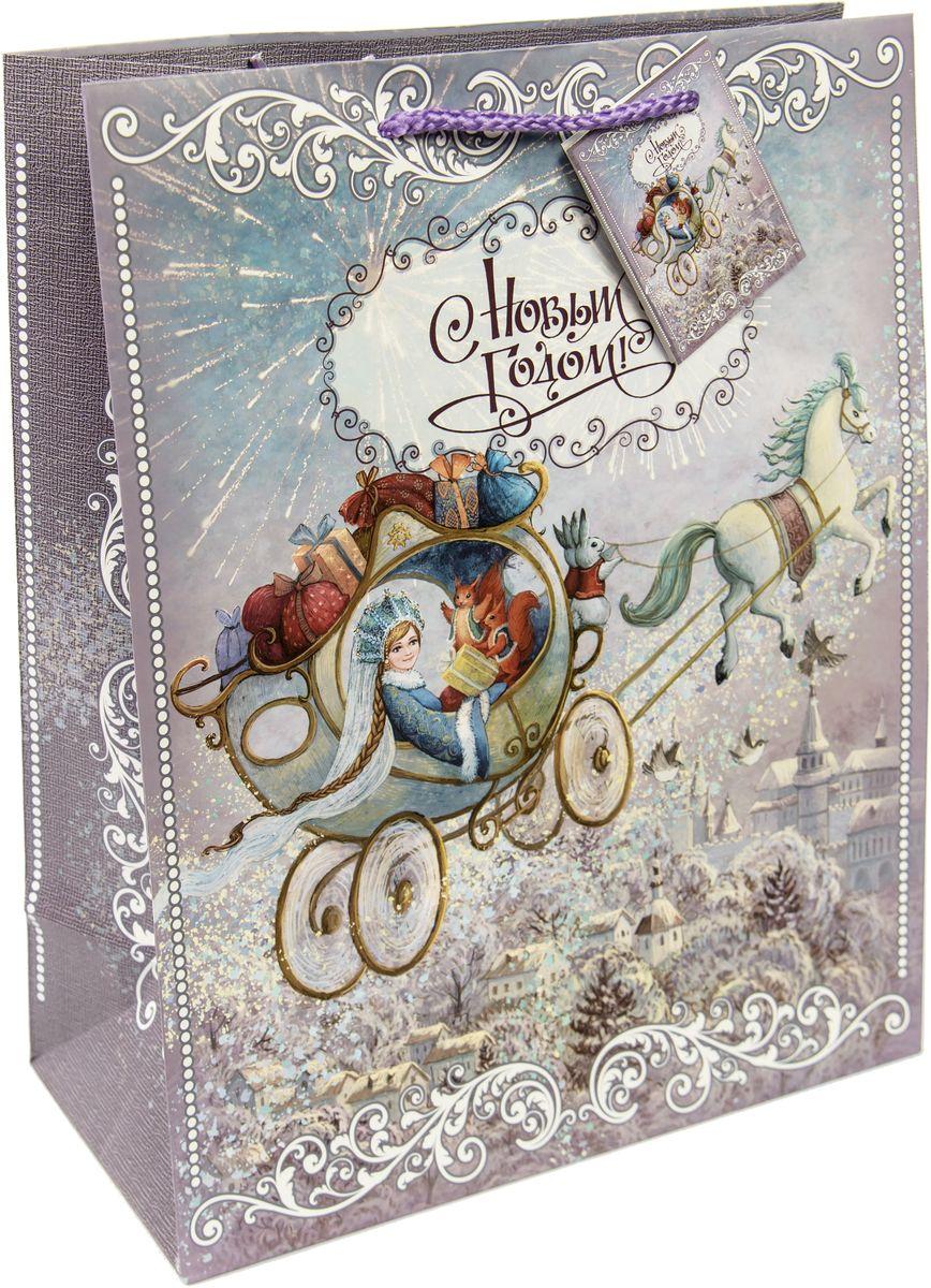 Пакет подарочный Magic Time Новогодняя колесница, цвет: серый, белый, 17,8 х 22,9 х 9,8 см75293Новогодний подарочный пакет Новогодняя колесница от Magic Time - это стильный и практичный вариант упаковки подарка к любимому всеми празднику. Авторский дизайн, красочное изображение, тематический рисунок - все слагаемые оригинального оформления подарка. Окружите близких людей вниманием и заботой, вручив презент в нарядном, праздничном оформлении. Пакет с матовой ламинацией изготовлен из плотной бумаги. Для удобства переноски имеются две веревочные ручки. Дно укреплено картоном.