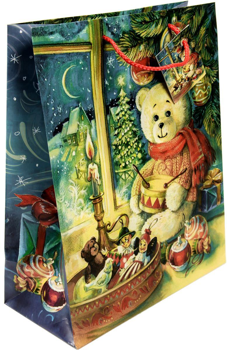 Пакет подарочный Magic Time Милый мишка, цвет: зеленый, бежевый, бордовый, 17,8 х 22,9 х 9,8 см75295Новогодний подарочный пакет Милый мишка от Magic Time - это стильный и практичный вариант упаковки подарка к любимому всеми празднику. Авторский дизайн, красочное изображение, тематический рисунок - все слагаемые оригинального оформления подарка. Окружите близких людей вниманием и заботой, вручив презент в нарядном, праздничном оформлении. Пакет с матовой ламинацией изготовлен из плотной бумаги. Для удобства переноски имеются две веревочные ручки. Дно укреплено картоном.