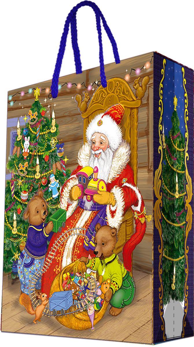 """Новогодний подарочный пакет """"Дед Мороз и два медвежонка"""" от """"Magic Time"""" - это стильный и практичный вариант упаковки подарка к любимому всеми празднику. Авторский дизайн, красочное изображение, тематический рисунок - все слагаемые оригинального оформления подарка. Окружите близких людей вниманием и заботой, вручив презент в нарядном, праздничном оформлении. Пакет с матовой ламинацией изготовлен из плотной бумаги. Для удобства переноски имеются две веревочные ручки. Дно укреплено картоном."""