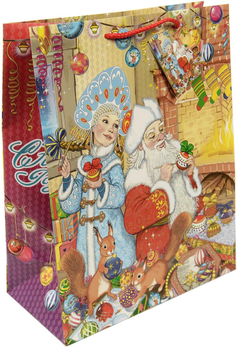 """Новогодний подарочный пакет """"Внучка Деда Мороза"""" от """"Magic Time"""" - это стильный и практичный вариант упаковки подарка к любимому всеми празднику. Авторский дизайн, красочное изображение, тематический рисунок - все слагаемые оригинального оформления подарка. Окружите близких людей вниманием и заботой, вручив презент в нарядном, праздничном оформлении. Пакет с матовой ламинацией изготовлен из плотной бумаги. Для удобства переноски имеются две веревочные ручки. Дно укреплено картоном."""