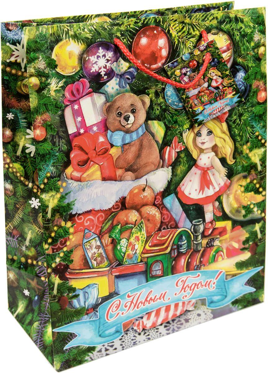 """Новогодний подарочный пакет """"Куколка под елкой"""" от """"Magic Time"""" - это стильный и практичный вариант упаковки подарка к любимому всеми празднику. Авторский дизайн, красочное изображение, тематический рисунок - все слагаемые оригинального оформления подарка. Окружите близких людей вниманием и заботой, вручив презент в нарядном, праздничном оформлении. Пакет с матовой ламинацией изготовлен из плотной бумаги. Для удобства переноски имеются две веревочные ручки. Дно укреплено картоном."""