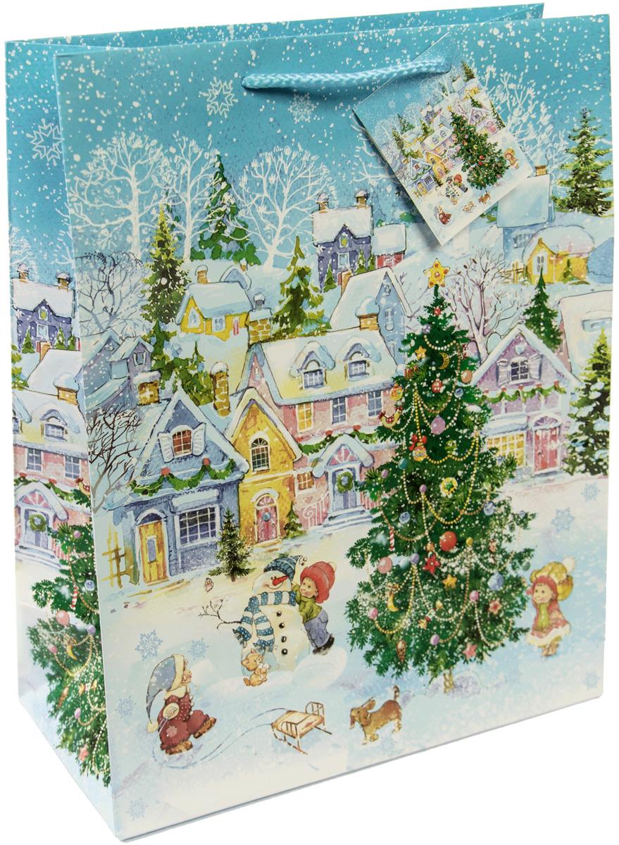 Пакет подарочный Magic Time Новогодняя площадь, цвет: голубой, белый, зеленый, 17,8 х 22,9 х 9,8 см75308Новогодний подарочный пакет Новогодняя площадь от Magic Time - это стильный и практичный вариант упаковки подарка к любимому всеми празднику. Авторский дизайн, красочное изображение, тематический рисунок - все слагаемые оригинального оформления подарка. Окружите близких людей вниманием и заботой, вручив презент в нарядном, праздничном оформлении. Пакет с матовой ламинацией изготовлен из плотной бумаги. Для удобства переноски имеются две веревочные ручки. Дно укреплено картоном.