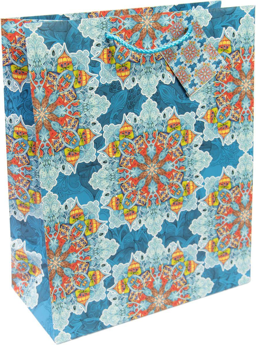 Пакет подарочный Magic Time Яркий калейдоскоп, цвет: синий, голубой, красный, 26 х 32,4 х 12,7 см. 7531675316Новогодний подарочный пакет Яркий калейдоскоп от Magic Time - это стильный и практичный вариант упаковки подарка к любимому всеми празднику. Авторский дизайн, красочное изображение, тематический рисунок - все слагаемые оригинального оформления подарка. Окружите близких людей вниманием и заботой, вручив презент в нарядном, праздничном оформлении. Пакет с матовой ламинацией изготовлен из плотной бумаги. Для удобства переноски имеются две веревочные ручки. Дно укреплено картоном.