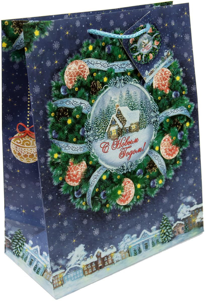 Пакет подарочный Magic Time Новогодний венок, 26 х 32,4 х 12,7 см75322Новогодний подарочный пакет Новогодний венок от Magic Time - это стильный и практичный вариант упаковки подарка к любимому всеми празднику. Авторский дизайн, красочное изображение, тематический рисунок - все слагаемые оригинального оформления подарка. Окружите близких людей вниманием и заботой, вручив презент в нарядном, праздничном оформлении. Пакет с матовой ламинацией изготовлен из плотной бумаги. Для удобства переноски имеются две веревочные ручки. Дно укреплено картоном.