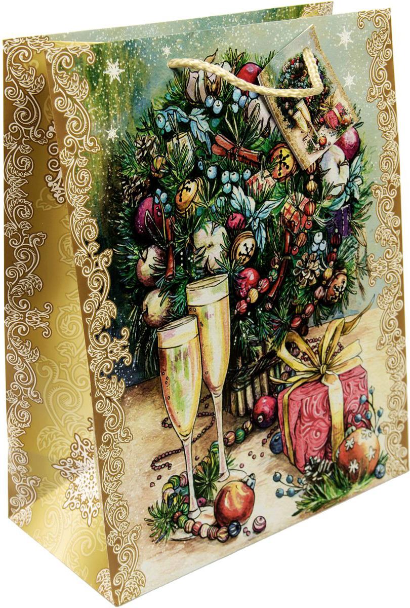 """Новогодний подарочный пакет """"Шампанское у елки"""" от """"Magic Time"""" - это стильный и практичный вариант упаковки подарка к любимому всеми празднику. Авторский дизайн, красочное изображение, тематический рисунок - все слагаемые оригинального оформления подарка. Окружите близких людей вниманием и заботой, вручив презент в нарядном, праздничном оформлении. Пакет с матовой ламинацией изготовлен из плотной бумаги. Для удобства переноски имеются две веревочные ручки. Дно укреплено картоном."""