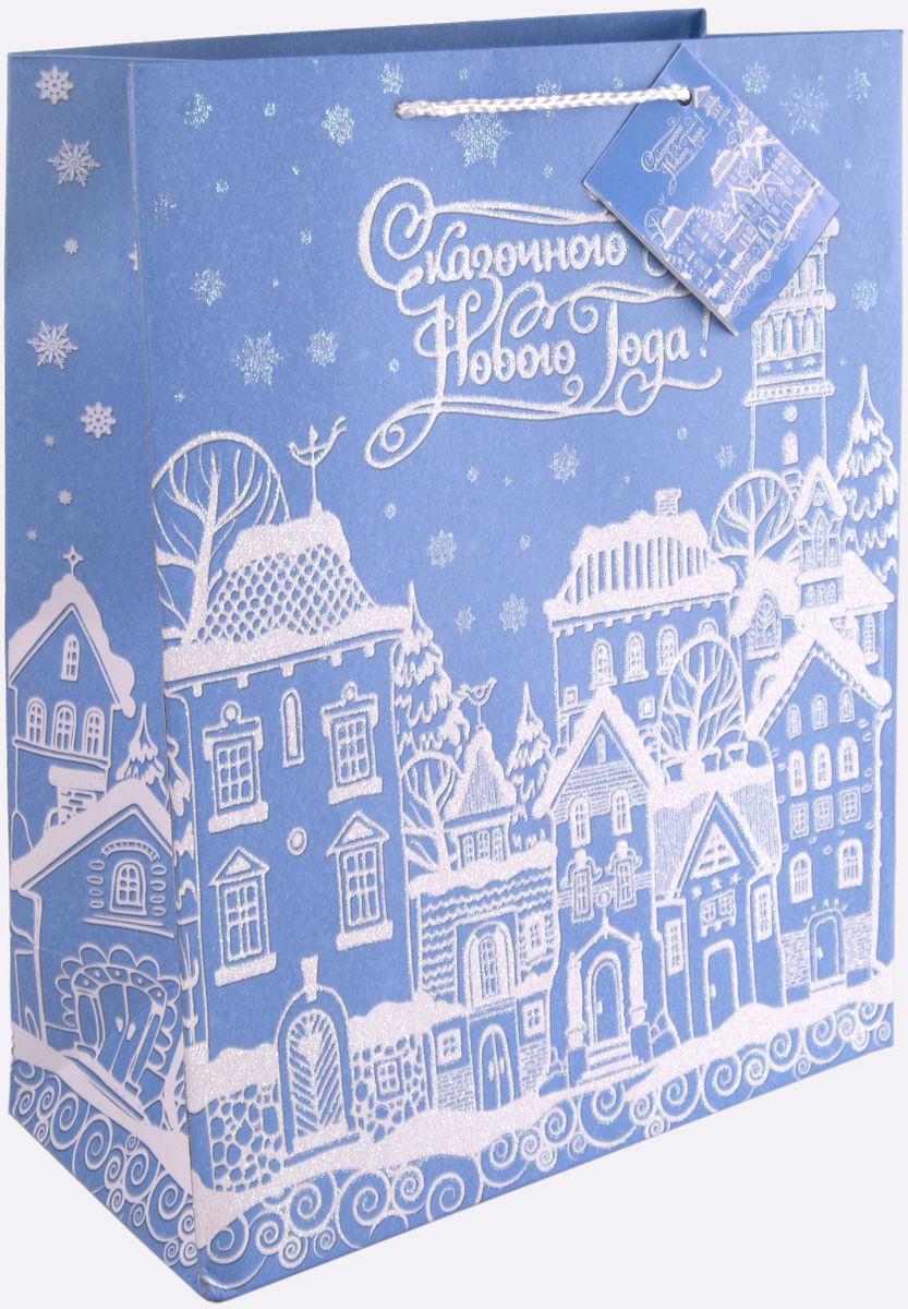 Пакет подарочный Magic Time Заснеженный город, цвет: синий, белый, 26 х 32,4 х 12,7 см75356Новогодний подарочный пакет Заснеженный город от Magic Time - это стильный и практичный вариант упаковки подарка к любимому всеми празднику. Авторский дизайн, красочное изображение, тематический рисунок - все слагаемые оригинального оформления подарка. Окружите близких людей вниманием и заботой, вручив презент в нарядном, праздничном оформлении. Пакет с матовой ламинацией изготовлен из плотной бумаги с глиттером. Для удобства переноски имеются две веревочные ручки. Дно укреплено картоном.