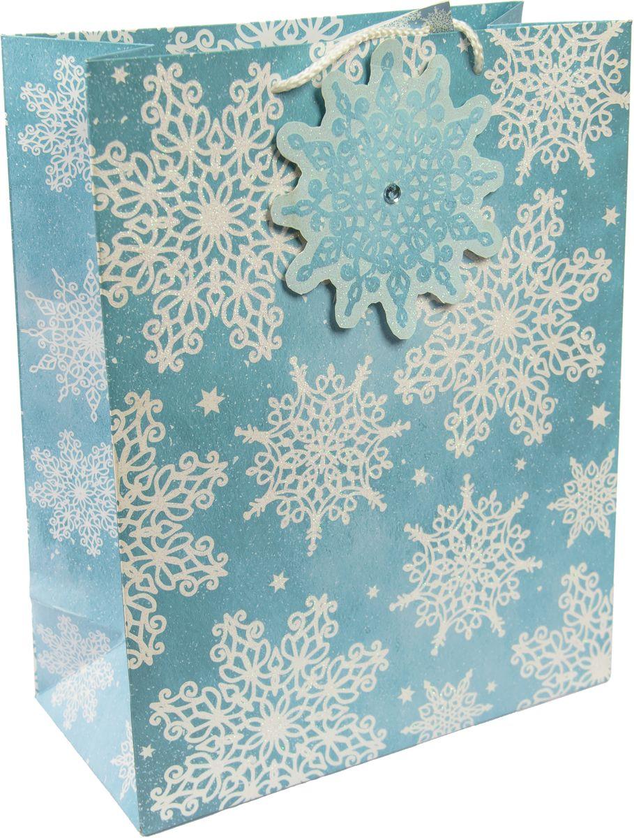 Пакет подарочный Magic Time Сверкающие снежинки, 26 х 32,4 х 12,7 см237041Новогодний подарочный пакет Сверкающие снежинки от Magic Time - это стильный и практичный вариант упаковки подарка к любимому всеми празднику. Авторский дизайн, красочное изображение, тематический рисунок - все слагаемые оригинального оформления подарка. Окружите близких людей вниманием и заботой, вручив презент в нарядном, праздничном оформлении. Пакет с матовой ламинацией изготовлен из плотной бумаги с аппликацией и глиттером. Для удобства переноски имеются две веревочные ручки. Дно укреплено картоном.