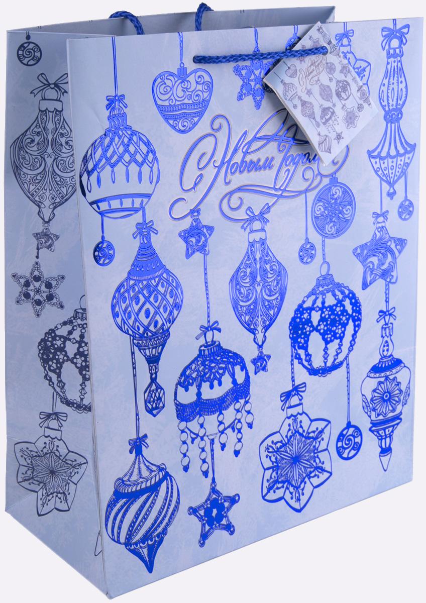 Пакет подарочный Magic Time Синие новогодние шары, 26 х 32,4 х 12,7 см75365Новогодний подарочный пакет Синие новогодние шары от Magic Time - это стильный и практичный вариант упаковки подарка к любимому всеми празднику. Авторский дизайн, красочное изображение, тематический рисунок - все слагаемые оригинального оформления подарка. Окружите близких людей вниманием и заботой, вручив презент в нарядном, праздничном оформлении. Пакет с матовой ламинацией изготовлен из плотной бумаги. Для удобства переноски имеются две веревочные ручки. Дно укреплено картоном. Подарочный пакет с тиснением придаст дополнительный запоминающийся эффект от подарка или покупки.