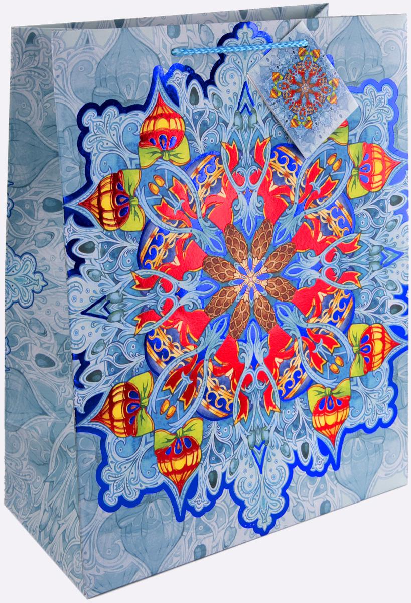 Пакет подарочный Magic Time Яркий калейдоскоп, цвет: синий, голубой, красный, 26 х 32,4 х 12,7 см. 7537175371Новогодний подарочный пакет Яркий калейдоскоп от Magic Time - это стильный и практичный вариант упаковки подарка к любимому всеми празднику. Авторский дизайн, красочное изображение, тематический рисунок - все слагаемые оригинального оформления подарка. Окружите близких людей вниманием и заботой, вручив презент в нарядном, праздничном оформлении. Пакет с матовой ламинацией изготовлен из плотной бумаги. Для удобства переноски имеются две веревочные ручки. Дно укреплено картоном. Подарочный пакет с 2-х цветным тиснением придаст дополнительный запоминающийся эффект от подарка или покупки.