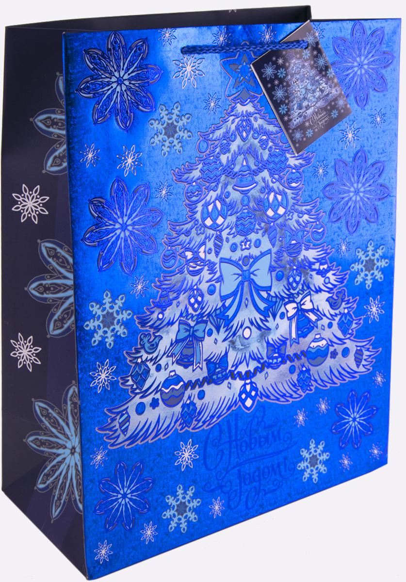 Пакет подарочный Magic Time Елочка в голубом, 26 х 32,4 х 12,7 см75373Новогодний подарочный пакет  Елочка в голубом от Magic Time - это стильный и практичный вариант упаковки подарка к любимому всеми празднику. Авторский дизайн, красочное изображение, тематический рисунок - все слагаемые оригинального оформления подарка. Окружите близких людей вниманием и заботой, вручив презент в нарядном, праздничном оформлении. Пакет с матовой ламинацией изготовлен из плотной бумаги. Для удобства переноски имеются две веревочные ручки. Дно укреплено картоном. Подарочный пакет с 2-х цветным тиснением придаст дополнительный запоминающийся эффект от подарка или покупки.