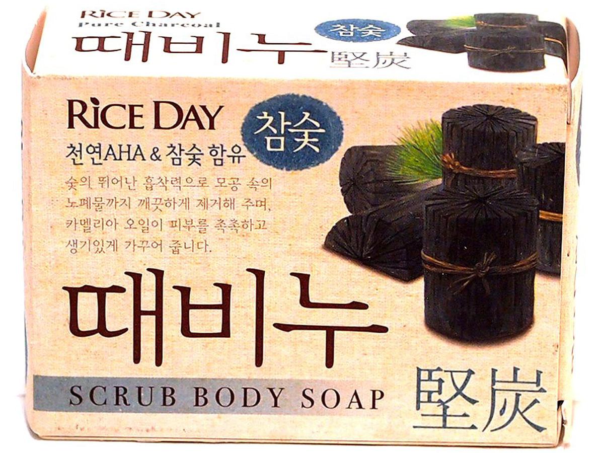 CJ Lion Мыло туалетное с эффектом скраба - Древесный уголь Riceday, 100 г113879Туалетное скраб-мыло Rice Day Scrub Body Soap для всей семьи на основе древесного угля. Пористый порошок древесного угля, обладающий исключительными абсорбирующими свойствами, проникает глубоко в поры кожи и эффективно удаляет загрязнения, а масло камелии оказывает благоприятное воздействие на кожу. Благодаря смягчающему действию АГК (альфа – гидроксикислоты), получаемых из таких фруктов как виноград, апельсин, яблоко, лимон, лайм, происходит очищение кожи от загрязнений и ороговевших клеток, что дарит ощущение свежести и легкости.