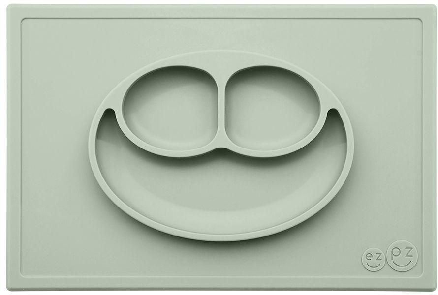 Ezpz Тарелка детская Happy Mat цвет оливковыйPKHMS001Необычная силиконовая тарелка-плейсмат, которая не имеет аналогов. Ее главная особенность заключается в том, что тарелку невозможно перевернуть. С ней ребенок не сможет испачкать стол или, что гораздо важнее, обжечься горячей пищей. Изготовлена из силикона высочайшего качества, не имеет липучек или присосок - фиксация происходит на любой ровной горизонтальной поверхности за счет плоской поверхности мата. Подходит для использования в микроволновке и посудомоечной машине. Выглядит, как улыбающаяся рожица, что очень нравится детям и их мамам. Объем: 540 мл