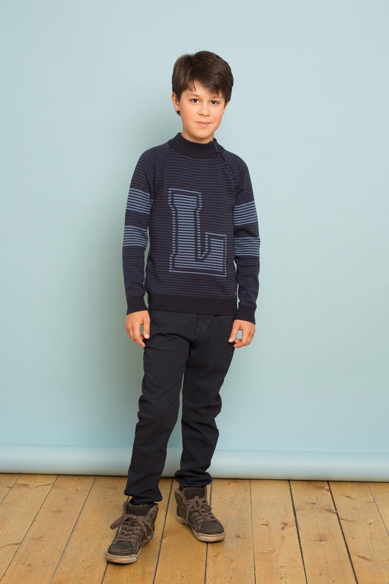 Брюки для мальчика Luminoso, цвет: темно-синий. 737043. Размер 134737043Модные брюки для мальчика кроя выполнены из натурального хлопка с небольшим добавлением спандекса. Модель застегивается на молнию и пуговицу в поясе, имеются шлевки для ремня. Вшитая эластичная лента в поясе регулирует посадку на талии. Спереди брюки дополнены двумя врезными карманами, сзади имитацией двух карманов на пуговицах.
