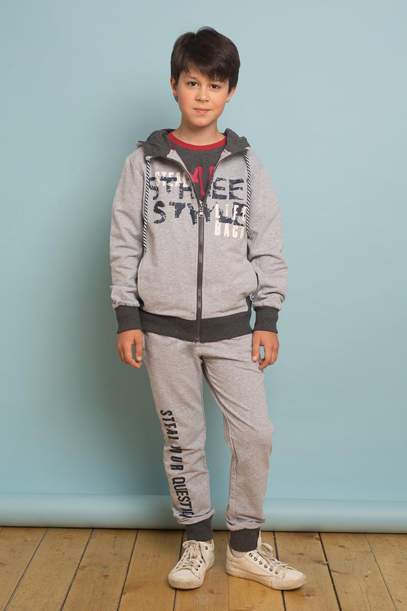 Брюки спортивные для мальчика Luminoso, цвет: серый. 737031. Размер 152737031Спортивные брюки для мальчика Luminoso, оформленные буквенным принтом, разнообразят повседневный гардероб ребенка. Модель прямого кроя выполнена из приятного на ощупь эластичного хлопка и дополнена двумя прорезными карманами. Широкий пояс-резинка дополнен шнурком для регулирования объема по талии. Низ брючин собран на мягкие манжеты. Брюки подойдут для отдыха и прогулок и станут отличным дополнением гардероба юного модника.