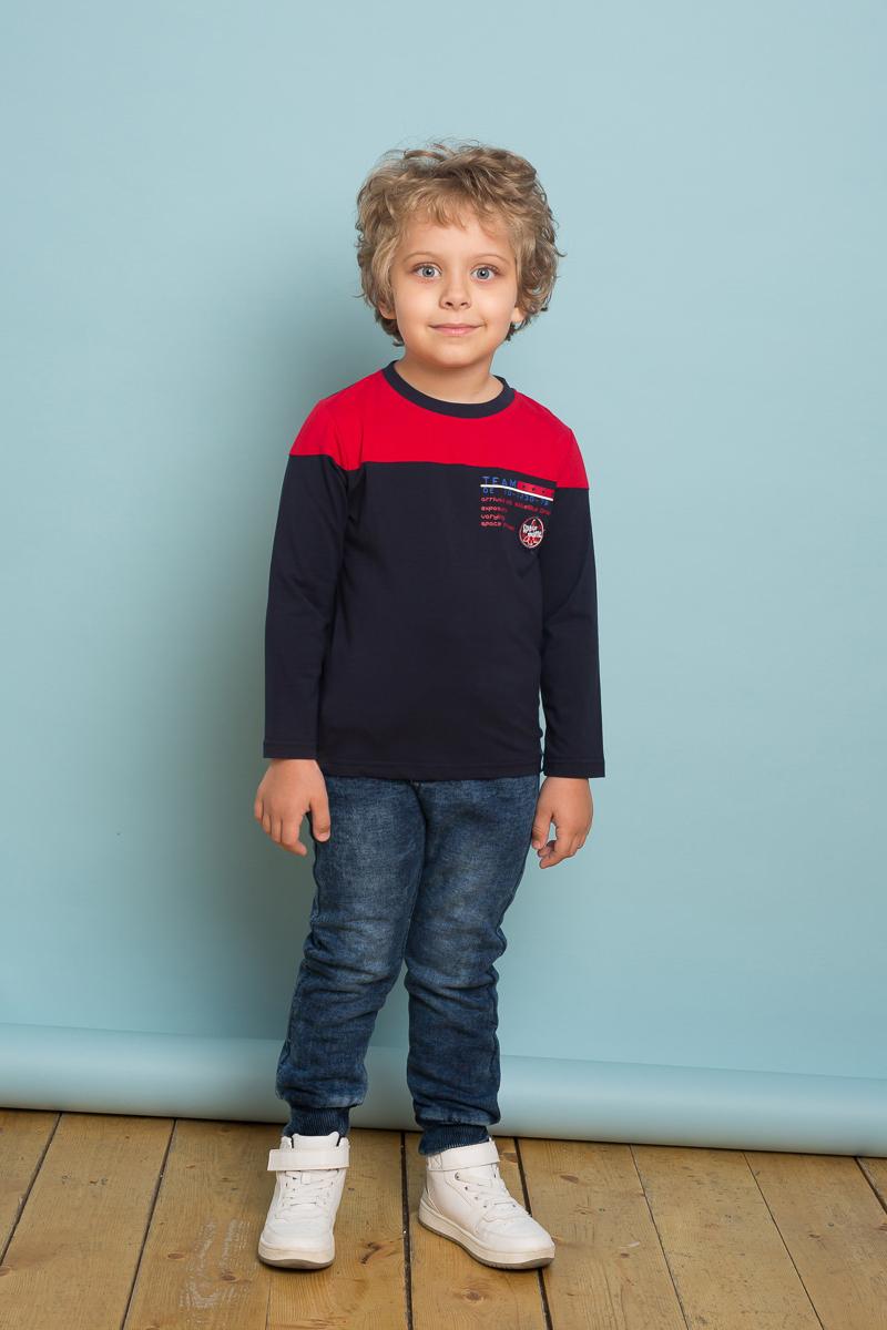 Брюки спортивные для мальчика Sweet Berry, цвет: темно-синий. 733038. Размер 110733038Трикотажные брюки для мальчика темно-синего цвета декорированные оригинальной варкой под джинсу, низ брючин собран на мягкие манжеты. Пояс-резинка дополнен шнуром для регулирования объема по талии.