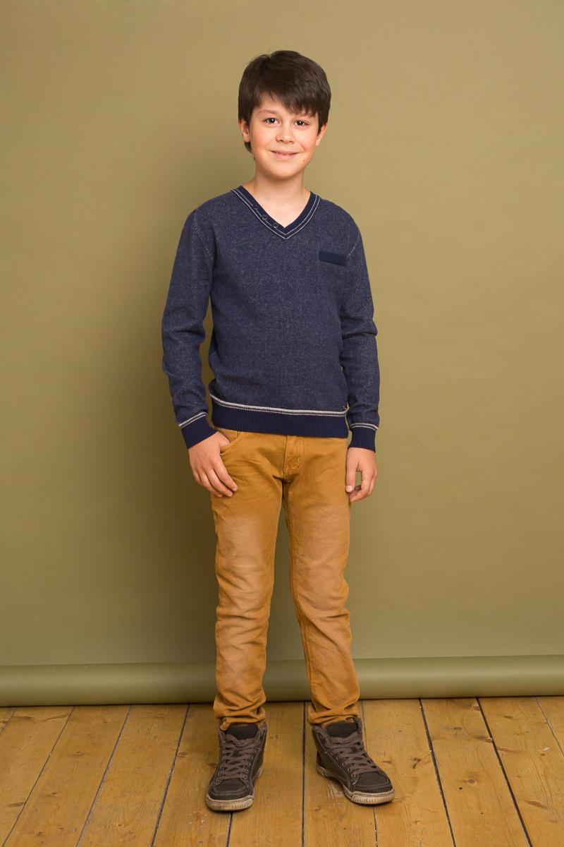 Пуловер для мальчика Luminoso, цвет: темно-синий. 737007. Размер 134737007Уютный пуловер для мальчика Luminoso, оформленный контрастными полосками и декоративными пуговицами, разнообразит повседневный гардероб ребенка. Модель прямого кроя выполнена из приятной на ощупь пряжи мелкой вязки. Манжеты рукавов, V-образный вырез горловины и низ изделия связаны резинкой. Пуловер подойдет для школы, прогулок и дружеских встреч и станет отличным дополнением гардероба юного модника.
