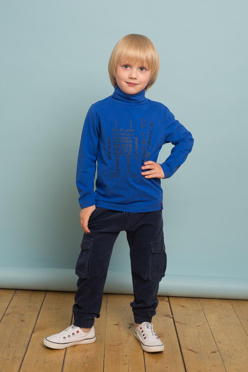 Водолазка для мальчика Sweet Berry, цвет: синий. 733011. Размер 122733011Трикотажная водолазка для мальчика синего цвета декорированная оригинальным принтом. Воротник-стойка.